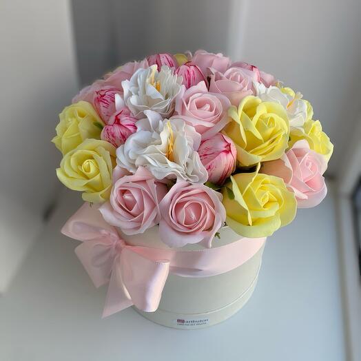 Цветы в коробке микс мыльных роз Тюльпанов и камелии