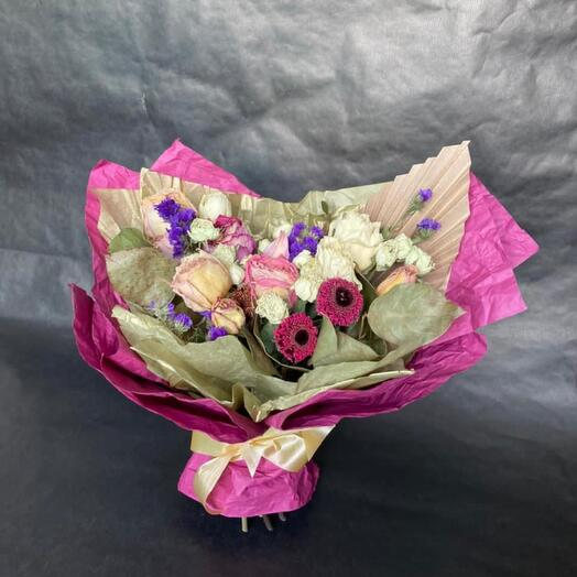 Букет из сухоцветов в бардовой упаковке