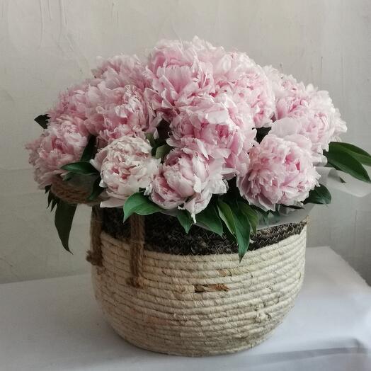 Корзина с цветами 31 пион