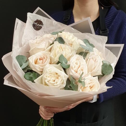 """Букет из 11 ароматных пионовидных роз """"White O Hara"""" с эвкалиптом"""