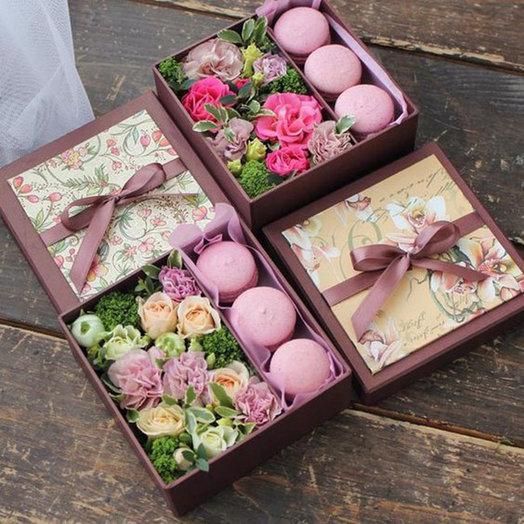 Коробка с цветами и макарони «Вечеринка»: букеты цветов на заказ Flowwow