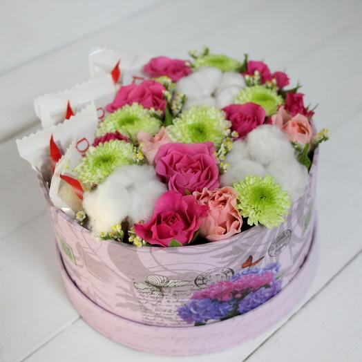 "Композиция в коробке с конфетами ""Вместо 1000 слов"": букеты цветов на заказ Flowwow"