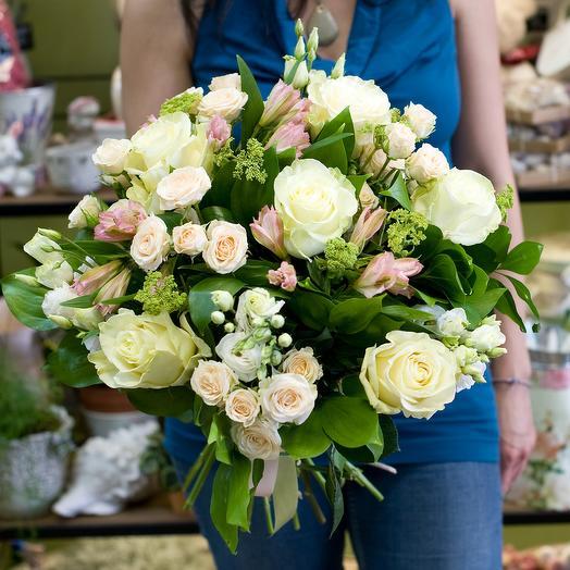 Букет из белых роз и кремовых кустовых роз