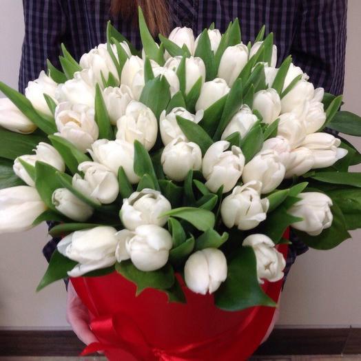 Шляпная коробка с белыми тюльпанами