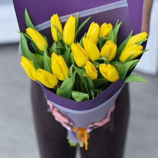 15 желтых тюльпанов в упаковке: букеты цветов на заказ Flowwow