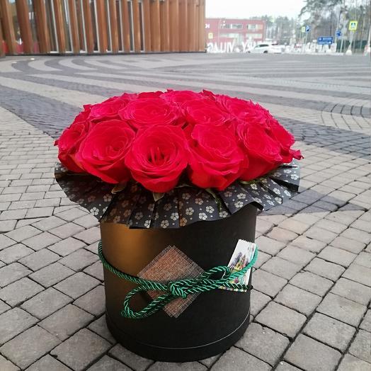 розы красные в черной коробке
