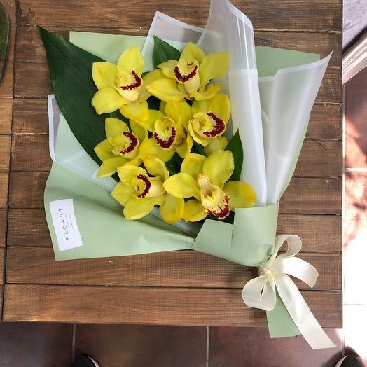 Букет из орхидей и рускуса