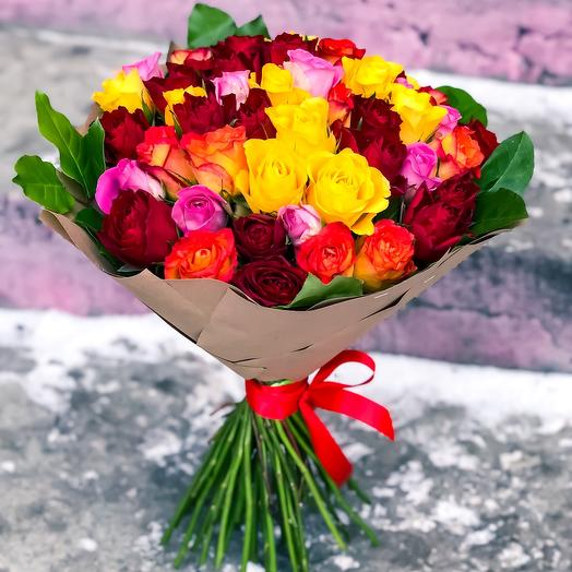51 кенийская роза микс в крафте: букеты цветов на заказ Flowwow