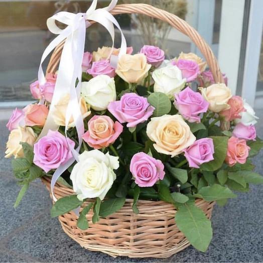 КОРЗИНА С РОЗАМИ АССОРТИ НЕЖНОЕ: букеты цветов на заказ Flowwow