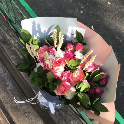 Букет с колосками, хлопком и кустовыми розами: букеты цветов на заказ Flowwow