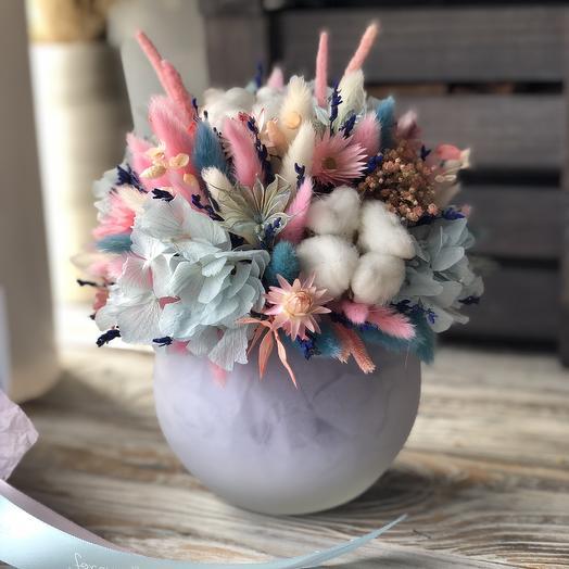 Яркая интерьерная Композиция в стеклянном шаре: букеты цветов на заказ Flowwow