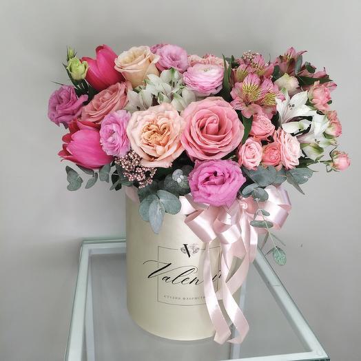 Пышная яркая коробка из роз