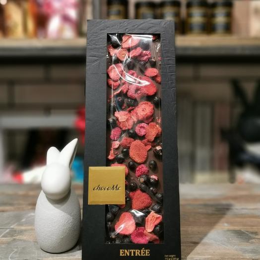 Молочный шоколад ручной работы с лиофилизированными ягодами: букеты цветов на заказ Flowwow