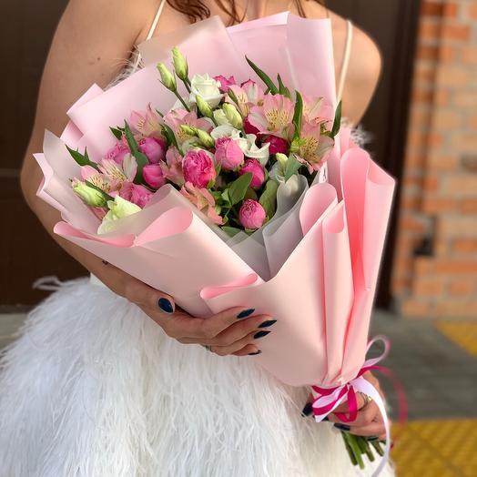 Авторский букет с кустовой пионовидной розой и альстромерией