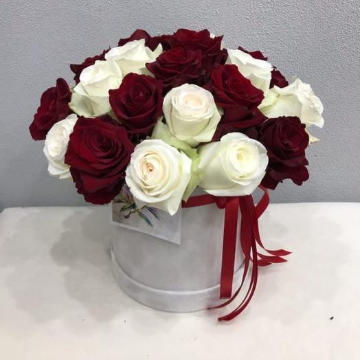 Букет из 21 белых и красных роз