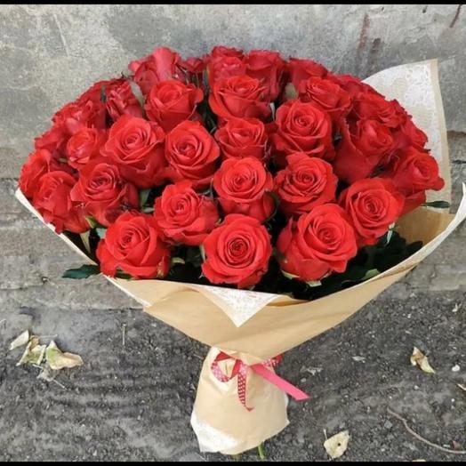 35 бордовых роз