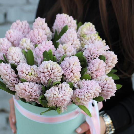 Нежно-розовые гиацинты в шляпной коробке