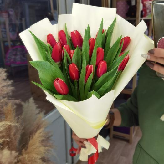 15 красных тюльпанов