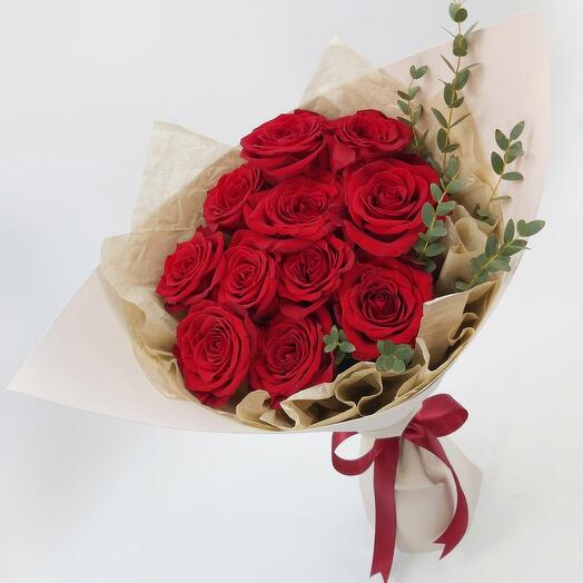 11 красных роз с эвкалиптом