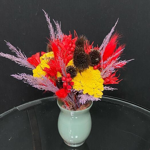 Композиция из сухоцветов в вазе