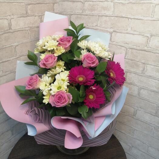 Букет из роз, кустовых хризантем и гербер