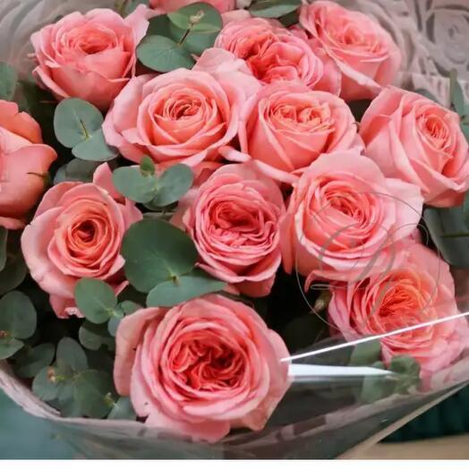 11 пионовидных роз Лондон Ай с эвкалиптом