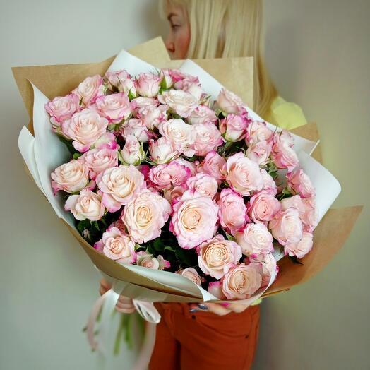 Шикарный букет голландских кустовых роз