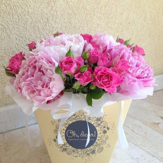 Букет в коробке из пионов и кустовой розы: букеты цветов на заказ Flowwow