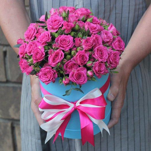 Малиновые кустовые розы в коробке: букеты цветов на заказ Flowwow