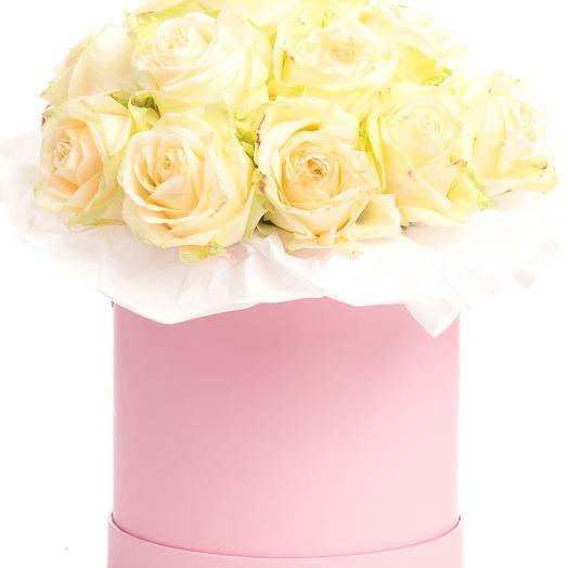 15 кремовых роз в розовой шляпной коробке: букеты цветов на заказ Flowwow