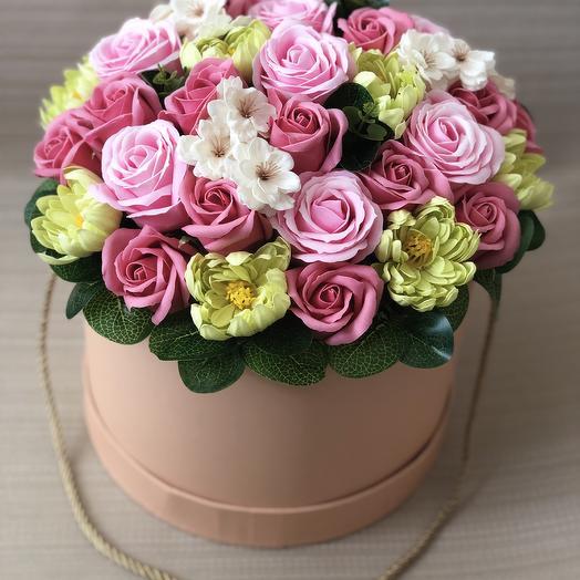 Букет из розовых роз и зелёных хризантем на мыльной основе