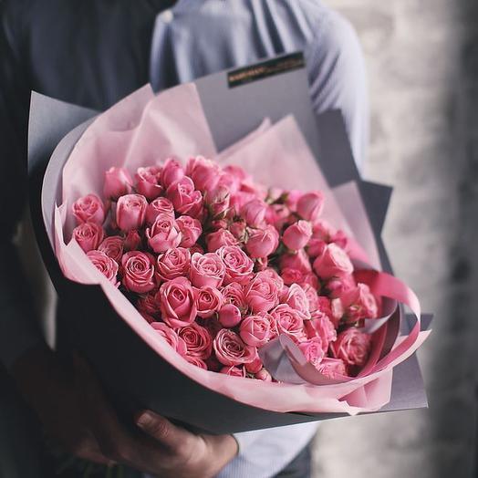 Средний букет из розовых кустовых роз Мон Амур: букеты цветов на заказ Flowwow