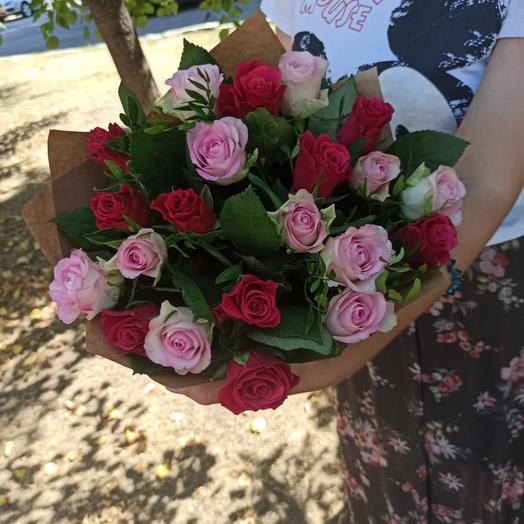 21 роза с зеленью