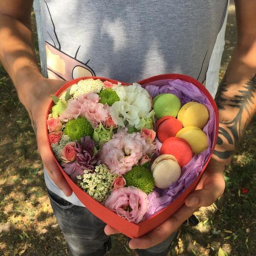 "Коробка с цветами и макарунсами "" Sweet"""