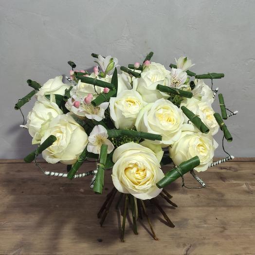 Авторский букет из пионовидных роз с одуванчиками