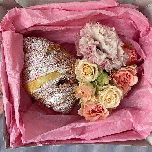 Цветы в коробке и круассан