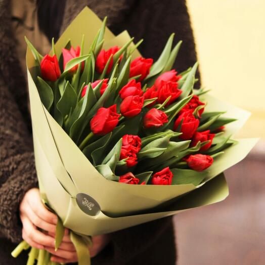 Букет красных пионовидных тюльпанов