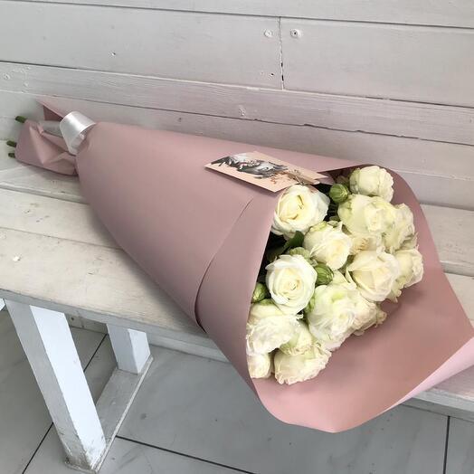 Букетик из белой кустовой розы