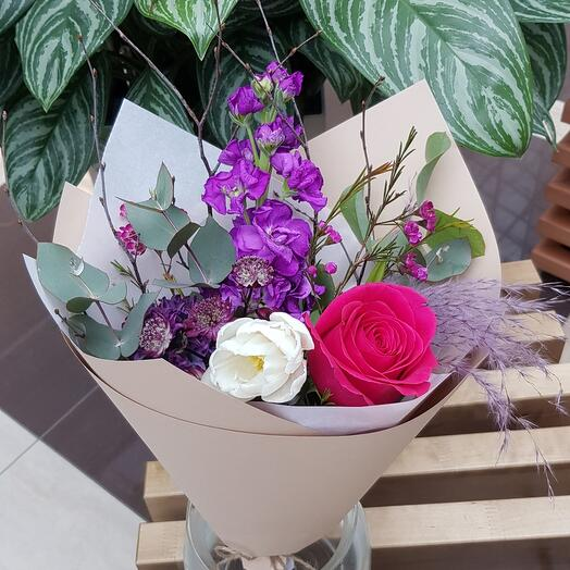 Яркий микс с маттиолой и ароматной малиновой розой