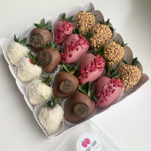 Клубника в бельгийском шоколаде с добавками из кокосовой стружки , Oreo, малиной и фундуком