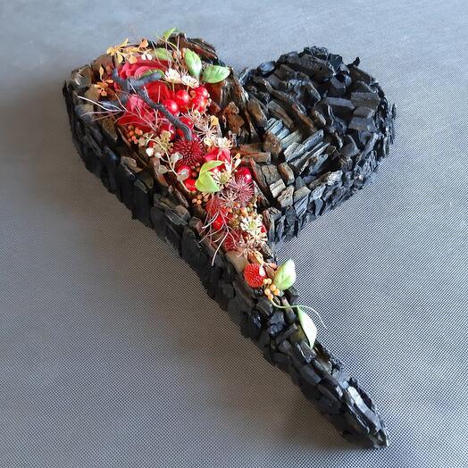 Композиция-сердце из древесного угля