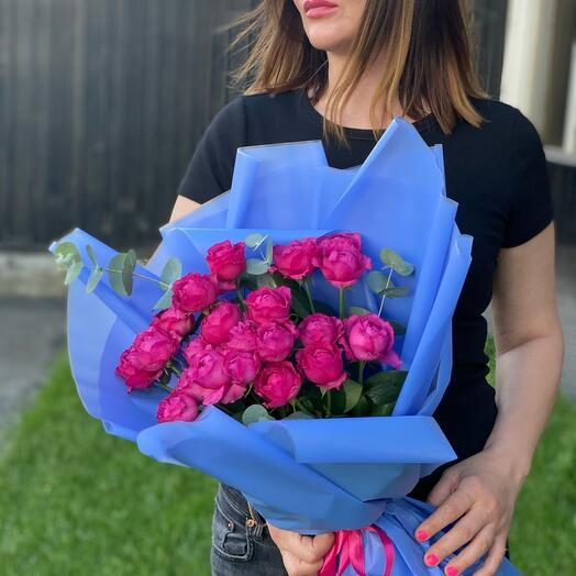 Букет пионовидных кустовых роз с эвкалиптом