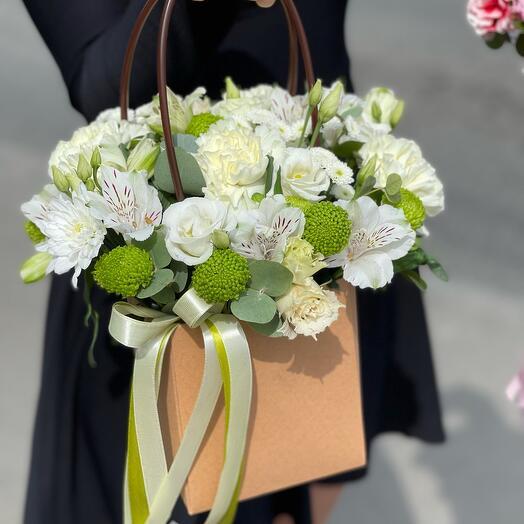 Сумочка с цветами белая