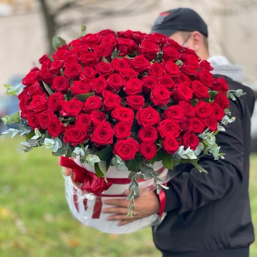 Шикарная 101 Роза с эвкалиптом