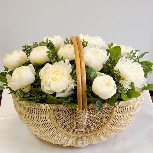 Корзина из пионов Белые пионы: букеты цветов на заказ Flowwow