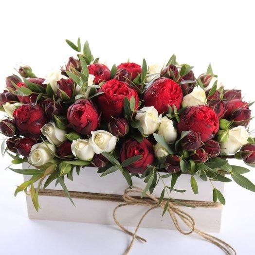 Красно-белая классика в ящике: букеты цветов на заказ Flowwow