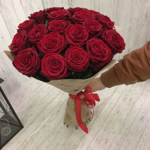 Красные розы в крафт бумаге