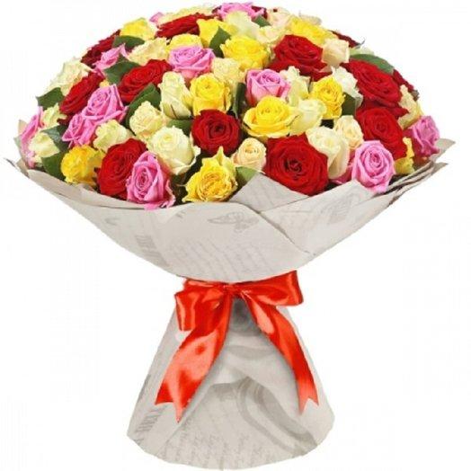 101 роза микс 60 см в крафте с красной атласной лентой: букеты цветов на заказ Flowwow