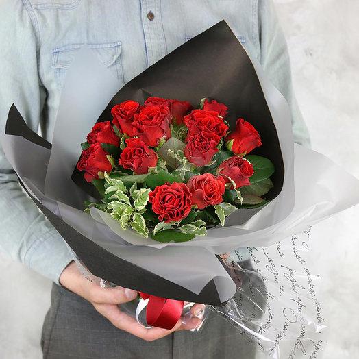 Букет из 15 красных роз с питтоспорумом