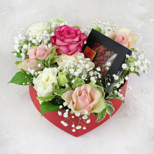 Композиция из лизиантуса роз и гипсофилы в сердце